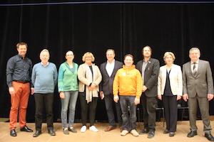 Die sieben Direktkandidaten des Landtagswahlkreises Stormarn-Nord sowie die WiPo-Lehrkraft Johannes Kahlke (links) und Schulleiter Rüdiger Hildebrandt, rechts im Bild.