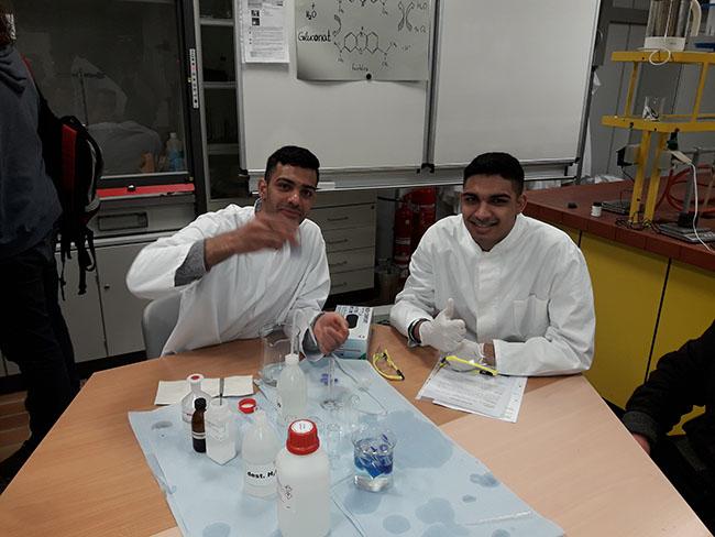 Hadi und Mahdi Karimi bei der Herstellung von Blue-Bottle Water