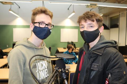 """Bild von Marinus Fock und Louis Backhaus, die """"live"""" via Mikrofon an der NDR-Webkonferenz teilnehmen"""